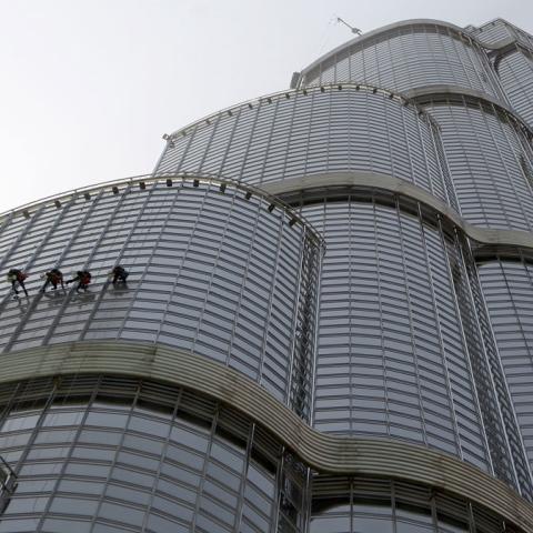 صور: كيف يلمعُ برج خليفة؟