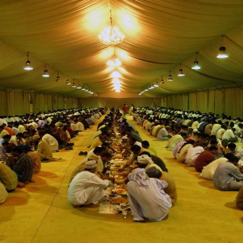 صور: وجبات لأكثر من 1.7 مليون صائم