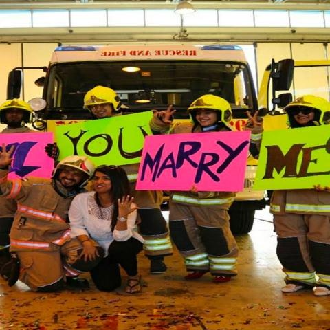 """صور: خطوبة بـ""""زيّ رجل إطفاء"""""""