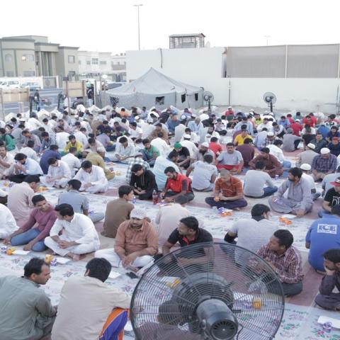 صور: اسماعيل حسن .. نموذج للخير الإماراتي