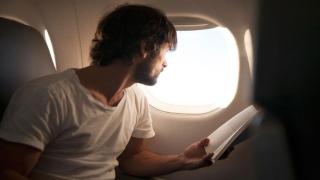 ارفع غطاء نافذة الطائرة