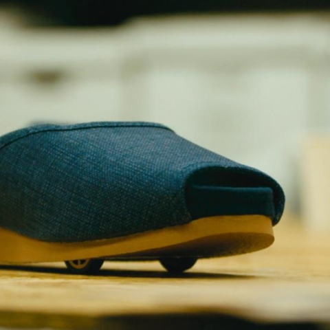 صور: حذاء يصطفّ ذاتياً!