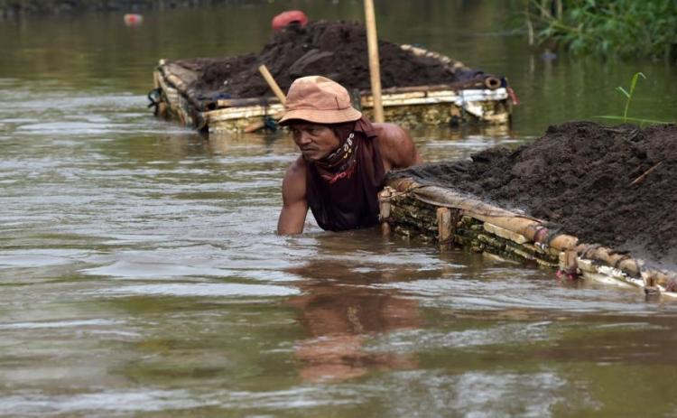 صورة: مهمة مستحيلة.. تنظيف أكثر الأنهار تلوثا في العالم