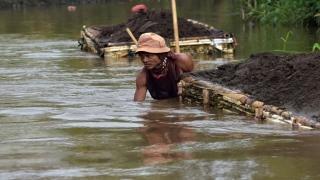 صور: مهمة مستحيلة.. تنظيف أكثر الأنهار تلوثا في العالم