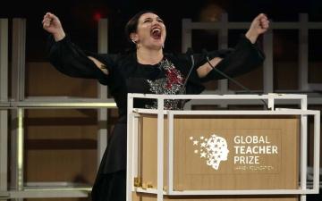 """""""أندريا زافيراكو"""" أفضل معلمة في العالم 2018"""