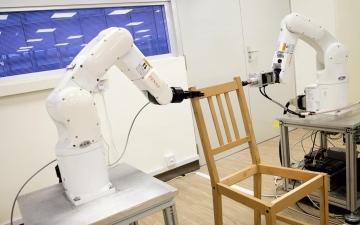يمكن لهذا الروبوت تركيب كرسي أسرع منك