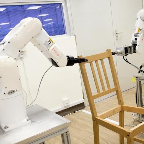 صور: يمكن لهذا الروبوت تركيب كرسي أسرع منك