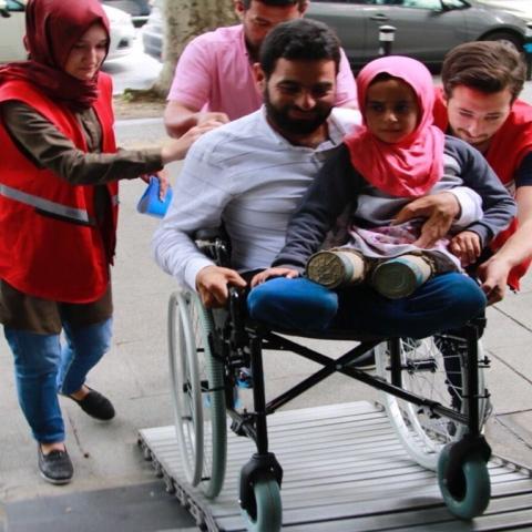 صور: صفحة جديدة في حياة طفلة سورية لاجئة