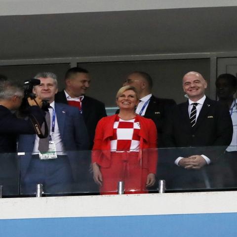 صور: الرئيسة الكرواتية تخطف الأضواء في كأس العالم أمام رئيس الوزراء الروسي!