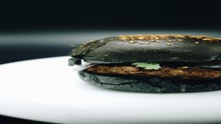 صور: البرجر الأسود والطعام الملون في دبي.. أكثر من مجرد ظاهرة عابرة!