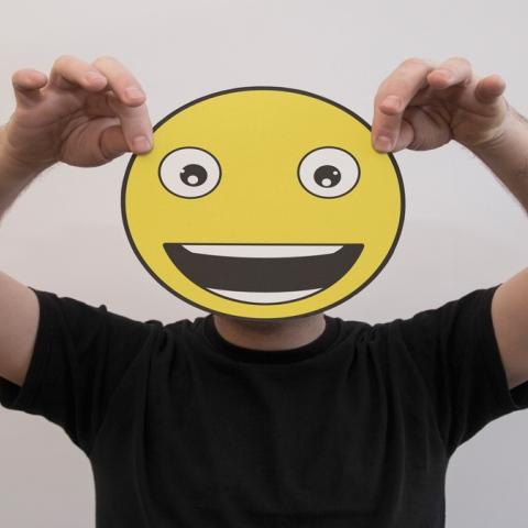 """صور: هارفي بول مصمم الـ""""إيموجي الأشهر في العالم"""" ربح 45 دولارًا فقط!"""