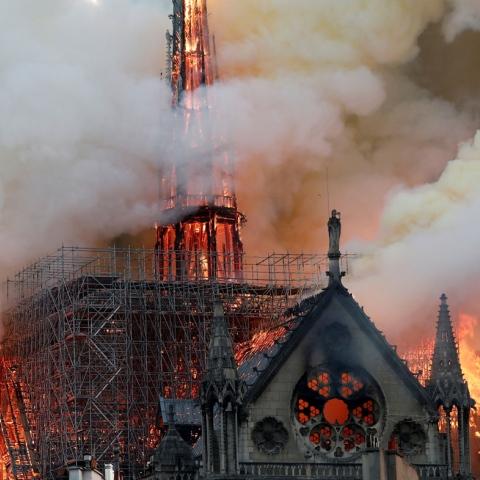 صور: هل تنبأ هيغو بحريق الكاتدرائية؟