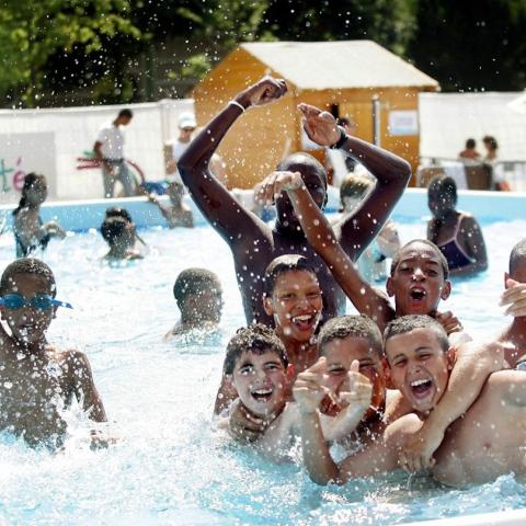 صور: لسلامة أبنائكم في المسبح