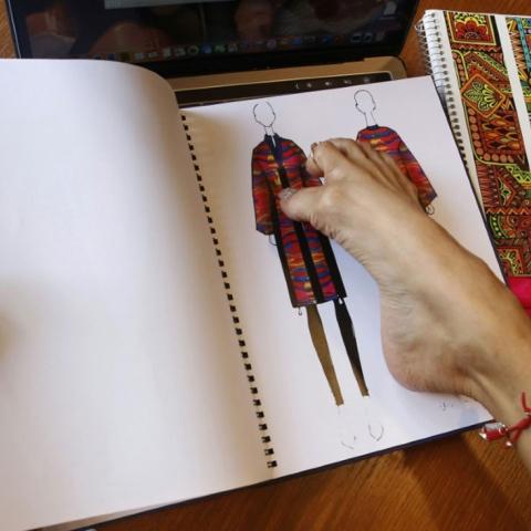 صور: مصممة أزياء مكسيكية تنتج بقدميها أزياء تناسب ذوي الاحتياجات الخاصة