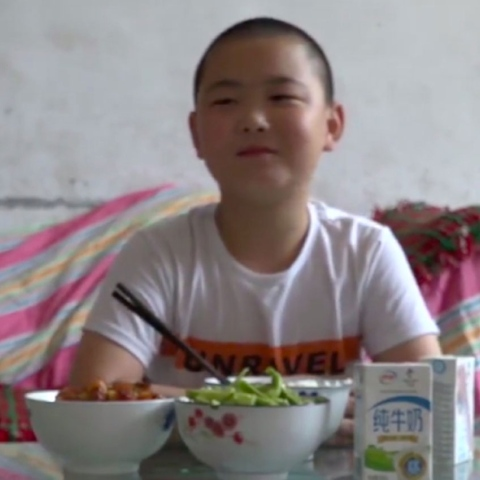 صور: طفل يلتهم الطعام لينقذ والده