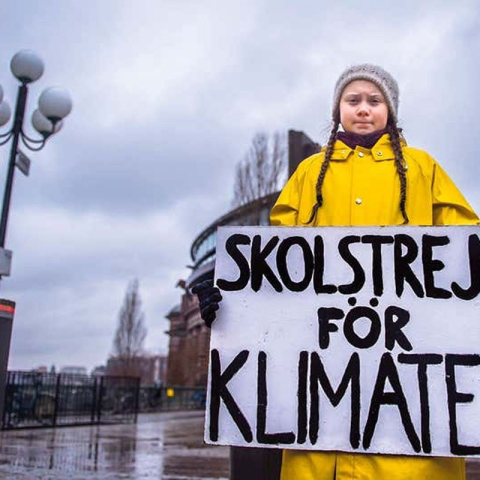 ${rs.image.photo} ناشطة سويدية بعمر الـ16 عاماً تنظم احتجاجات دعماً لقضية التغيّر المناخي العالمي
