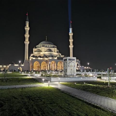 صور: مسجد الشارقة.. أكبر مسجد في الإمارة بتكلفة 300 مليون درهم