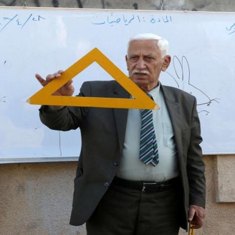 صور: مُعلّم عراقي يُقدم دروسًا مجّانية في محافظة كركوك