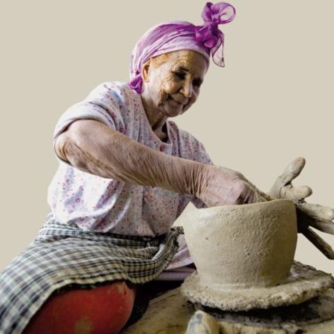 صور: ماما عائشة تحوّل بيتها إلى قبلة لتعلّم فن الفخار المغربي
