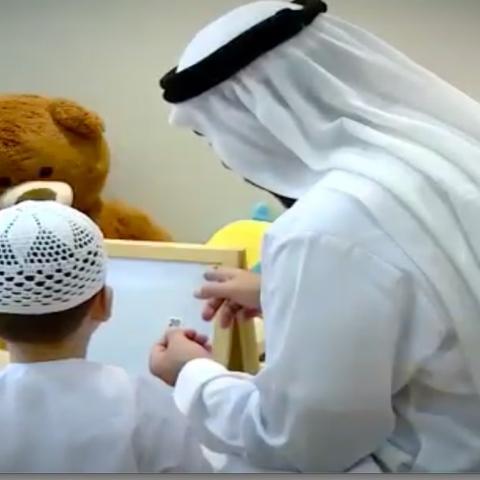 """صور: """"نزيل في سجن"""" يُرافق ابنه إلى المدرسة"""