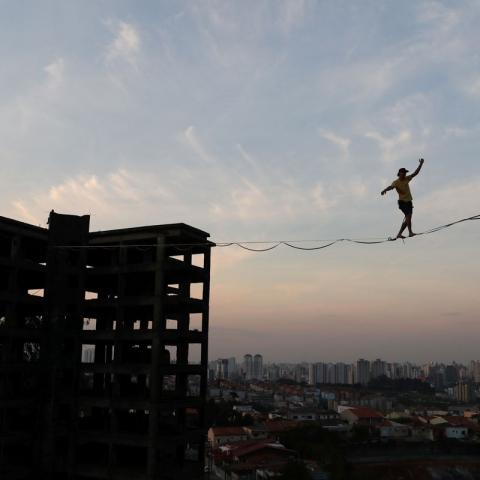 صور: لاعبو المشي على الحبل يتحدون الجاذبية في ساو باولو