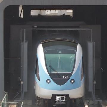 صور: كيف يتم تنظيف عربات مترو دبي؟