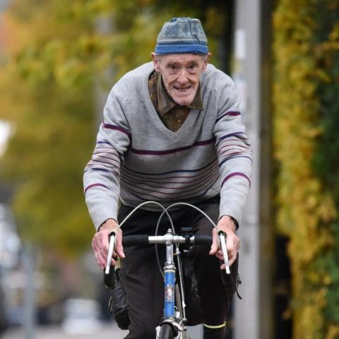 صور: ثمانيني بريطاني يُكمل ميله المليون على متن دراجته الهوائيّة