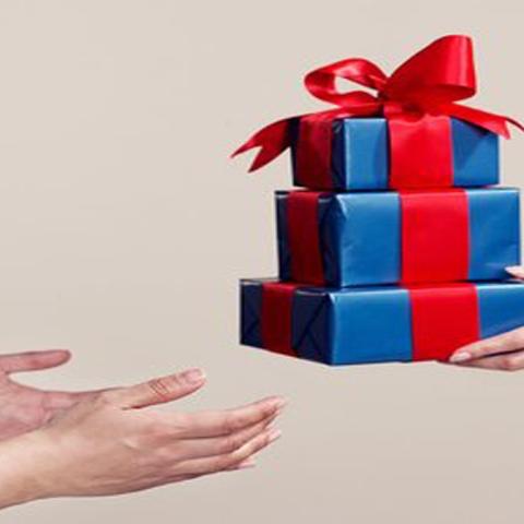 صور: كيف تختار الهدية المناسبة في موسم الهدايا الذي يُقام لأول مرة في دبي؟