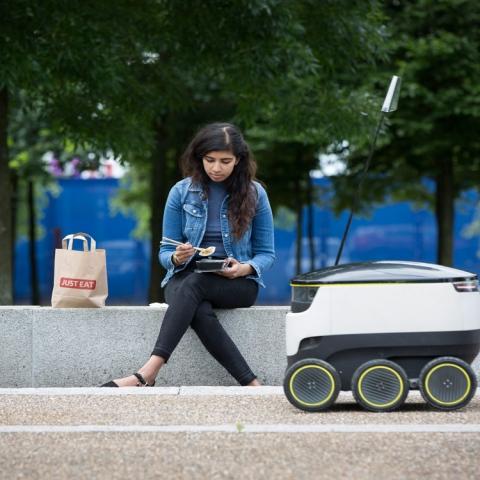 صور: روبوت لتوصيل الطعام