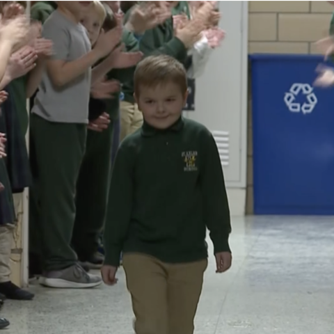 صور: استقبال مميز للطفل جون أوليفر في المدرسة بعد انتصاره على اللوكيميا