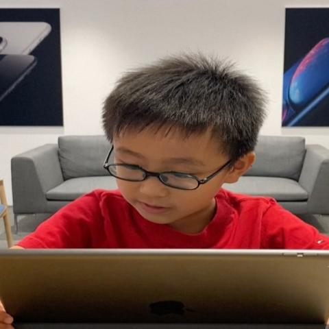 صور: طفل صيني في الثامنة من العمر يُعلّم الصغار والكبار البرمجة