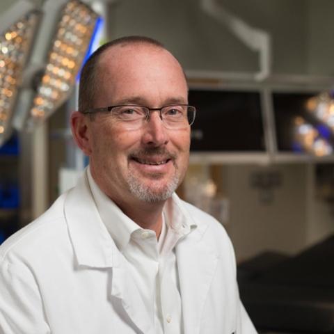 ${rs.image.photo} طبيب أمريكي يُخفي ندبات عمليات الأطفال برسومات ديزني