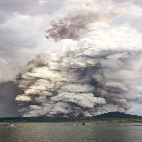 """صور: بعد أن تسبب في دمار هائل.. بركان """"تال"""" في الفلبين يتحوّل إلى مادة لإعادة الإعمار"""