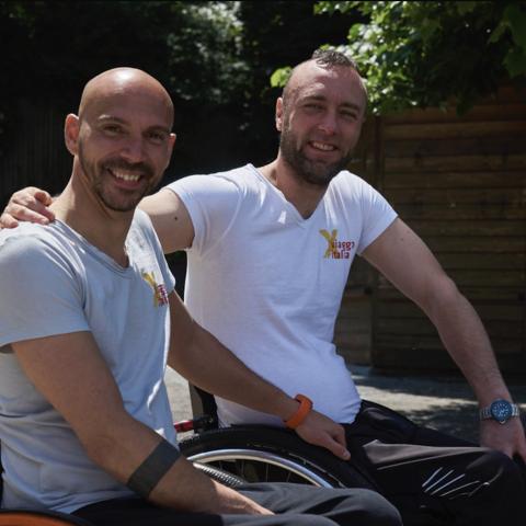صور: صديقان إيطاليان يزوران 50 مدينة ودولة حول العالم على كرسيين متحركين!