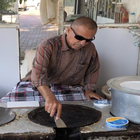 صور: يونس عبّاس.. نصف قرن من الطعم الأصيل في دبي