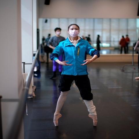 صور: فرقة باليه شنغهاي تتدرب بالكمامات بسبب كورونا