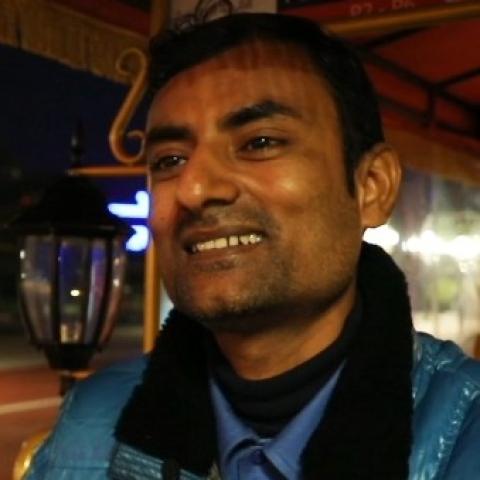 صور: سائق التوك توك في القرية العالمية.. ابتسامته لا تغيب