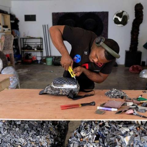 صور: فنان نيجيري يحوّل النفايات البلاستيكية إلى موضة بغرض نشر التوعية