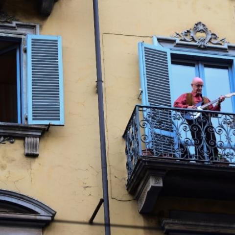 صور: في إيطاليا..يخرج السكان من نوافذهم للغناء معاً و مساندة المعزولين