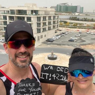 صور: زوجان في دبي ينظمان ماراثون على شرفة منزلهما