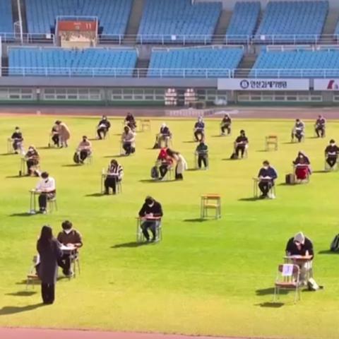صور: أجرت هيئة كورية امتحان التوظيف في ملعب كرة القدم تجنباً للإصابة بفيروس كورونا