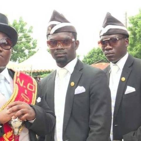 صور: رقصة التابوت.. من تقليد للجنازات في غانا إلى ترند عالمي