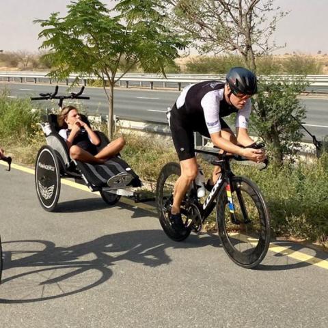 صور: في دبي.. أب وابن يقودان تحدي رياضة لثلاثين يوماً!