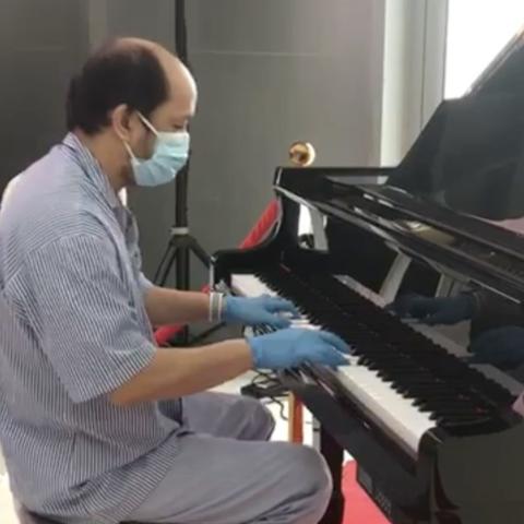 صور: مقطوعة موسيقية بعزف أحد نزلاء المستشفى الميداني بدبي
