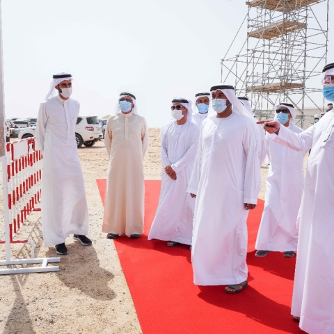 صور: تركيب المُستقبِل الشمسي على أطول برج شمسي في العالم في دبي