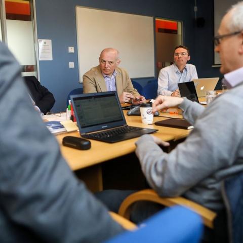 صور: اجتماعات إلكترونية