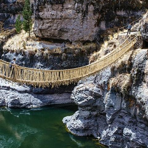 """صور: جسر """"كيسواشاكا"""" المعلق في بيرو: صُنع من الطبيعة بكفاح الإنسان!"""
