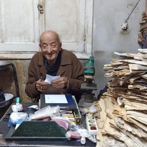 """صور: """"طبيب الغلابة"""" محمد مشالي يترجل عن فرسه"""