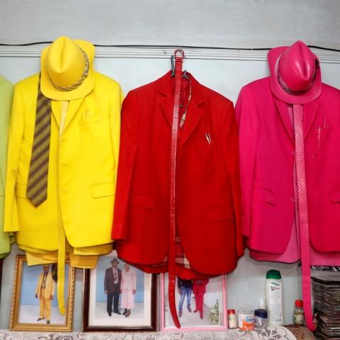 صور: يمتلك أكثر من 160 بدلة ملونة: تعرف على ملك الأناقة الكيني جيمس ماينا موانجي!
