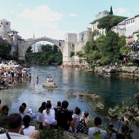 ${rs.image.photo} القفز من ارتفاع 8 طوابق مسابقة سنوية بتقاليد تاريخية في بلدة موستار البوسنية!